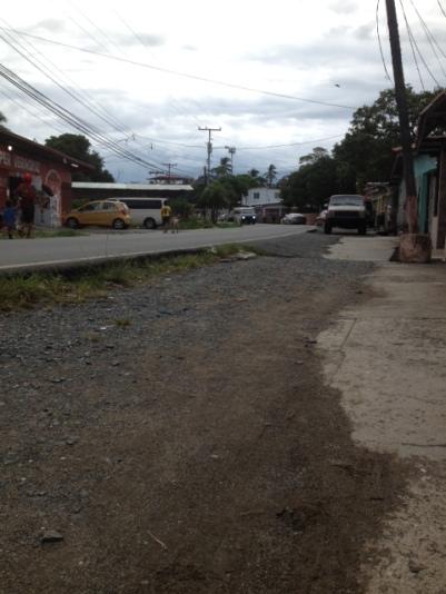 Veracruz. Hermosa calzada central para los carros. Nada para los peatones.